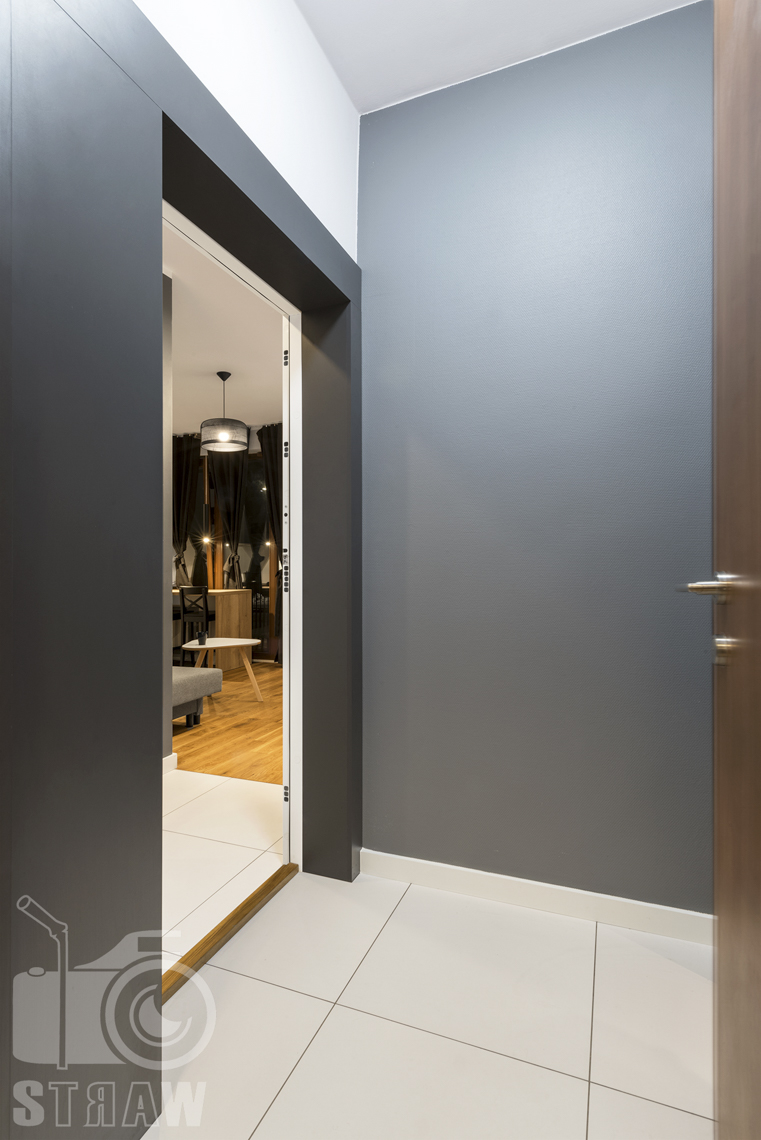 Zdjęcia apartamentu na wynajem krótko lub długoterminowy, fotografia wnętrz Warszawa, korytarz, wejście do salonu.