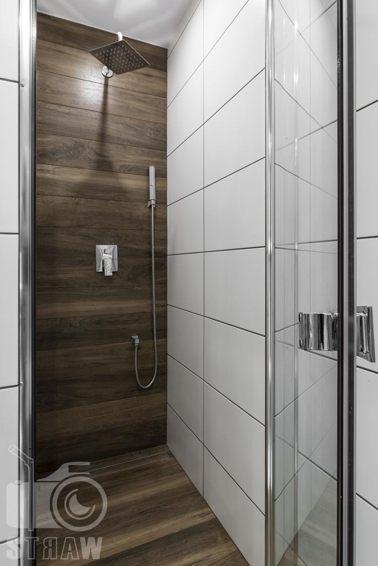 Zdjęcia apartamentów na wynajem, fotografia wnętrz Warszawa, łazienka, kabina prysznicowa z deszczownicą.