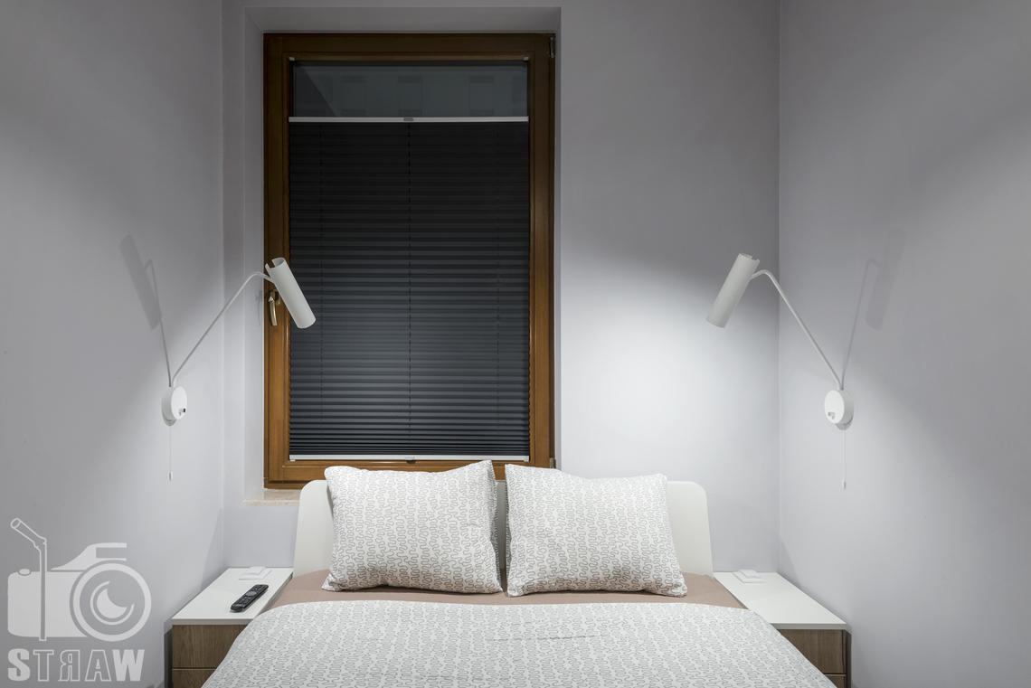 Zdjęcia apartamentu na wynajem krótko lub długoterminowy, fotografia wnętrz Warszawa, sypialnia, łóżko dwuosobowe, lampki nocne, stoliki nocne, okno.
