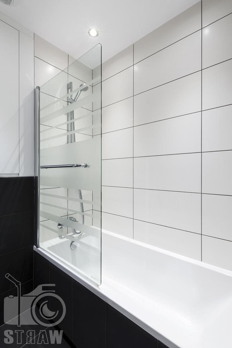 Zdjęcia apartamentu na wynajem krótko lub długoterminowy, fotografia wnętrz Warszawa, łazienka, wanna z prysznicem, osłona szklana.