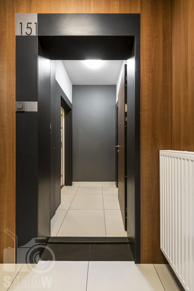 Zdjęcia apartamentu na wynajem krótko lub długoterminowy, fotografia wnętrz Warszawa, przedpokój, drzwi wejściowe, kaloryfer, korytarz.
