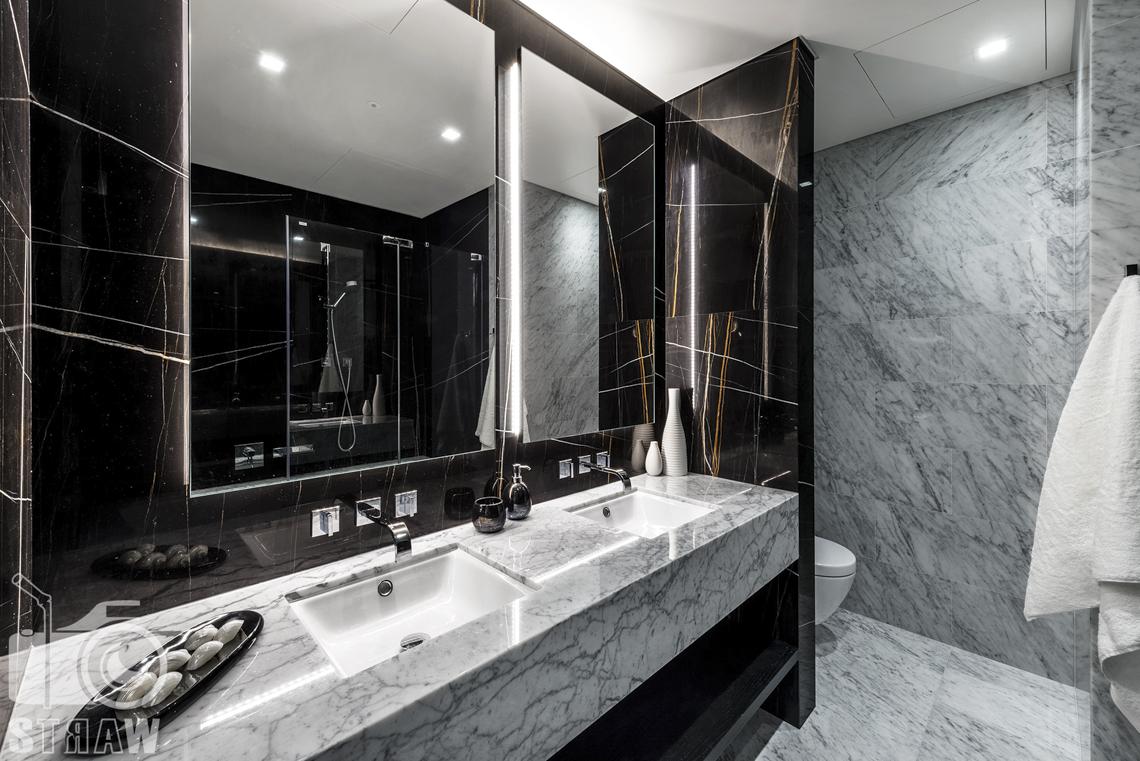 Fotografia wnętrz na wynajem długoterminowy, zdjęcia nieruchomości Warszawa, łazienka, wc, wieszak na ręczniki, dwie umywalki, lustra.
