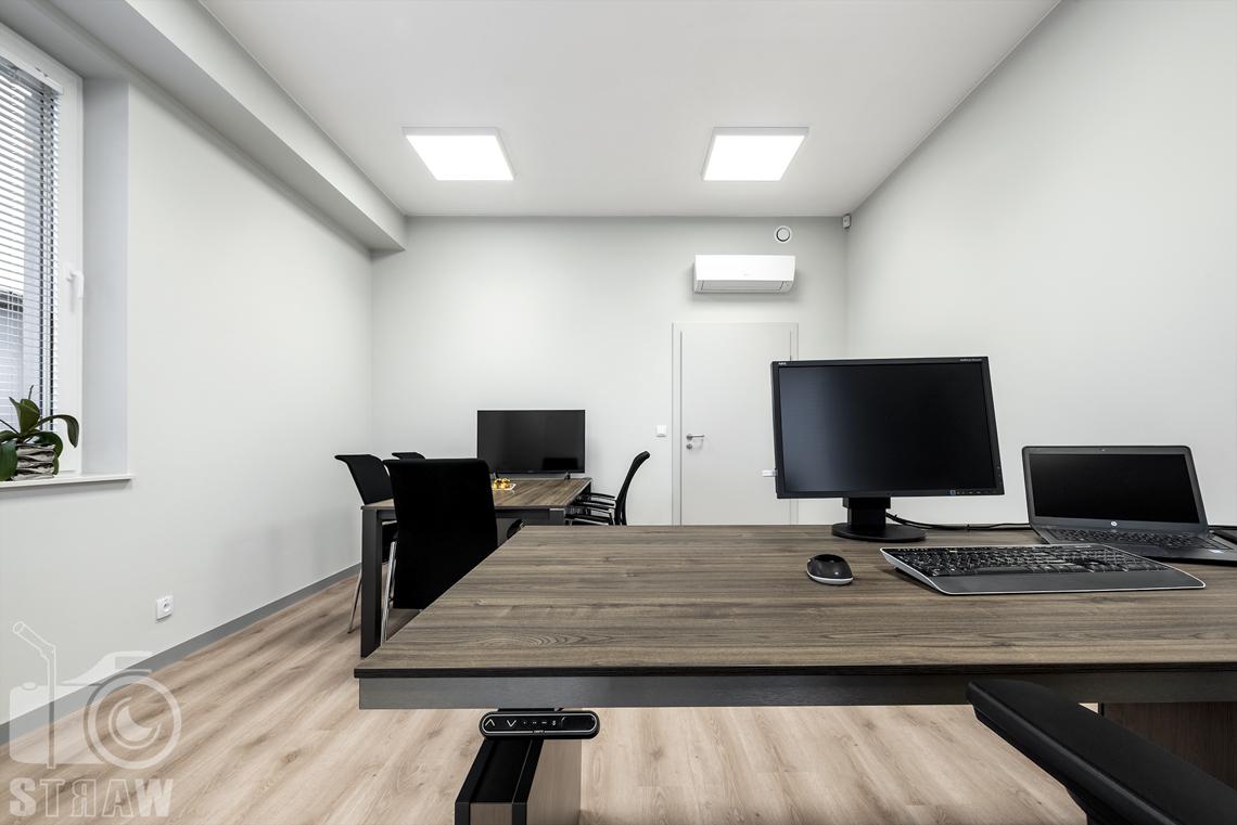 Sesje fotograficzne wnętrz biurowych, zdjęcia wnętrz komercyjnych, zdjęcia wnętrz w siedzibie firmy Wikpol, na zlecenie dystrybutora mebli firmy Logan, gabinet, biurko, monitor, klawiatura, mysz, laptop, w tle stów konderencyjny, monitor, krzesła.