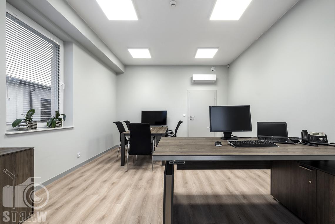 Sesje fotograficzne wnętrz biurowych, zdjęcia wnętrz komercyjnych, zdjęcia wnętrz w siedzibie firmy Wikpol, na zlecenie dystrybutora mebli firmy Logan, gabinet, okno z kwiatami, biurko, z detalami biurowymi, stół do narad, krzesła, monitor.