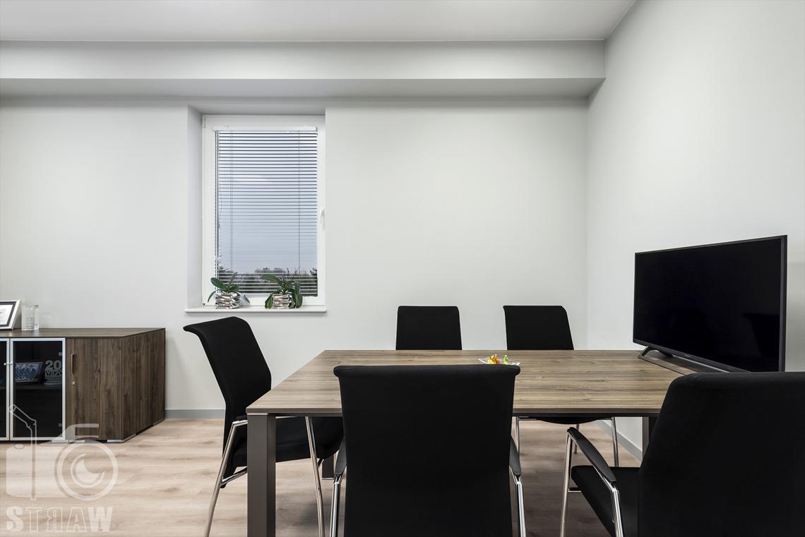 Sesje fotograficzne wnętrz biurowych, zdjęcia wnętrz komercyjnych, zdjęcia wnętrz w siedzibie firmy Wikpol, na zlecenie dystrybutora mebli firmy Logan, gabinet, stół do narad, krzesła, monitor, okno, szafka.