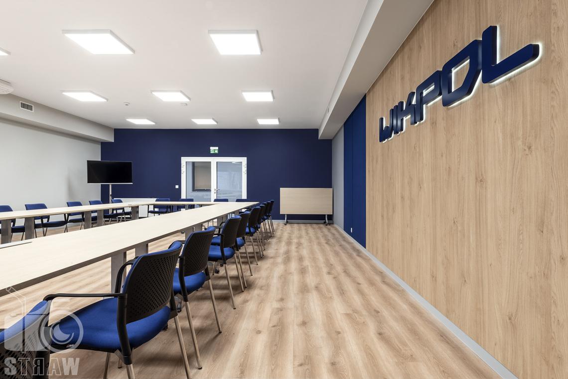 Sesje fotograficzne wnętrz biurowych, zdjęcia wnętrz komercyjnych, zdjęcia wnętrz w siedzibie firmy Wikpol, na zlecenie dystrybutora mebli firmy Logan, sala konferencyjna, długi stół, dodatkowy stół, drzwi wejściowe.