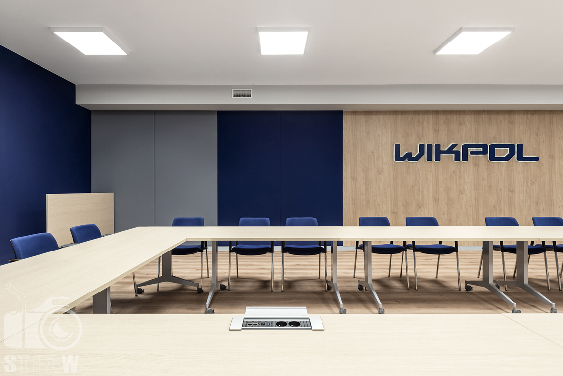 Sesje fotograficzne wnętrz biurowych, zdjęcia wnętrz komercyjnych, zdjęcia wnętrz w siedzibie firmy Wikpol, na zlecenie dystrybutora mebli firmy Logan, sala narad, stół, krzesła, zamontowana sieć, logo firmy.