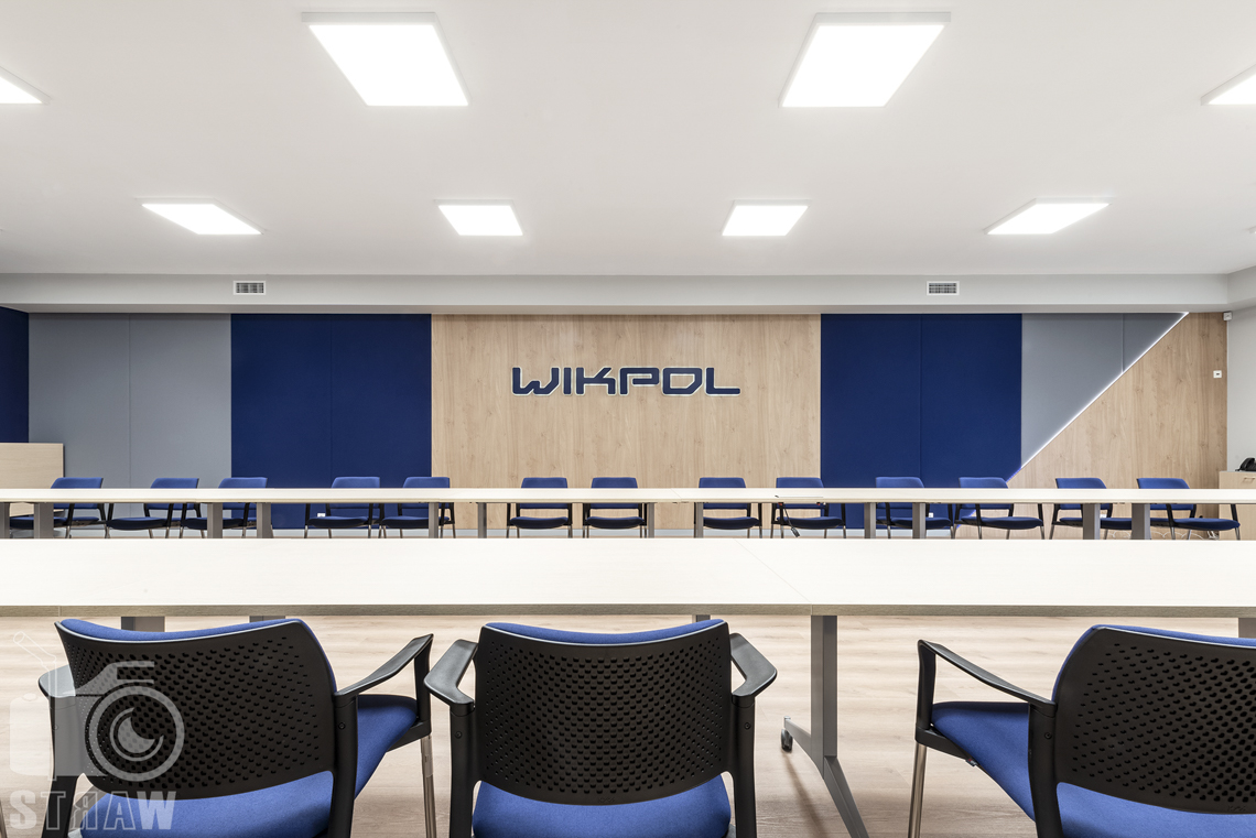 Sesje fotograficzne wnętrz biurowych, zdjęcia wnętrz komercyjnych, zdjęcia wnętrz w siedzibie firmy Wikpol, na zlecenie dystrybutora mebli firmy Logan,sala konferencyjna, stół, krzesła, logo firmy.