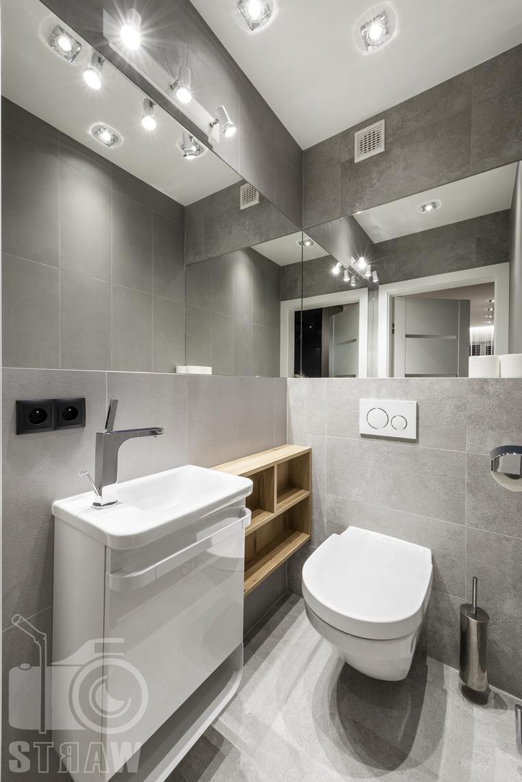 Zdjęcia apartamentów na wynajem krótkoterminowy, fotografia wnętrz Warszawa, łazienka, wc, umywalka, lustra, szafki.
