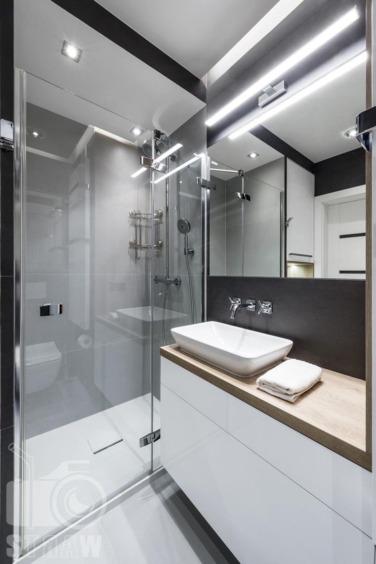 Zdjęcia apartamentów na wynajem krótkoterminowy, fotografia wnętrz Warszawa, łazienka, umywalka, kabina prysznicowa, szafki łazienkowe, listra.