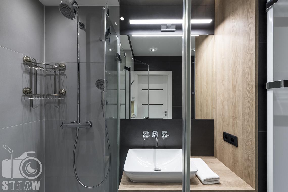 Zdjęcia apartamentów na wynajem krótkoterminowy, fotografia wnętrz Warszawa, łazienka, kabina prysznicowa, umywalka.