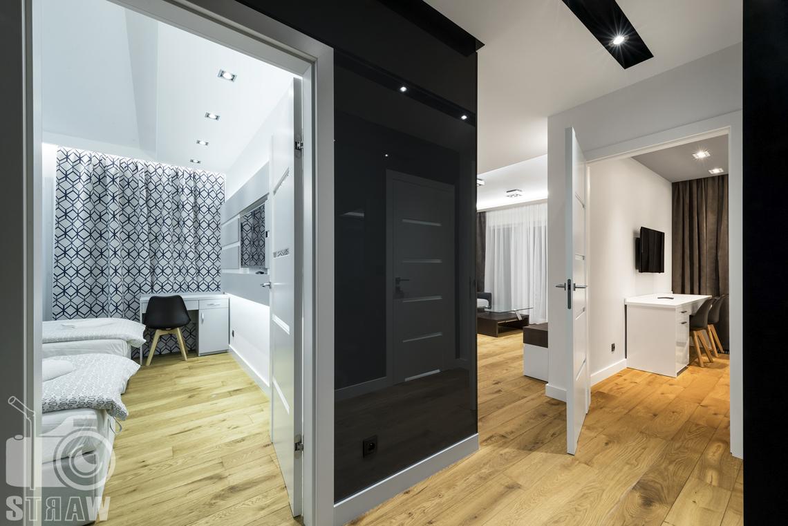 Zdjęcia apartamentów na wynajem krótkoterminowy, fotografia wnętrz Warszawa, hol, widok na dwie sypialnie, salon.