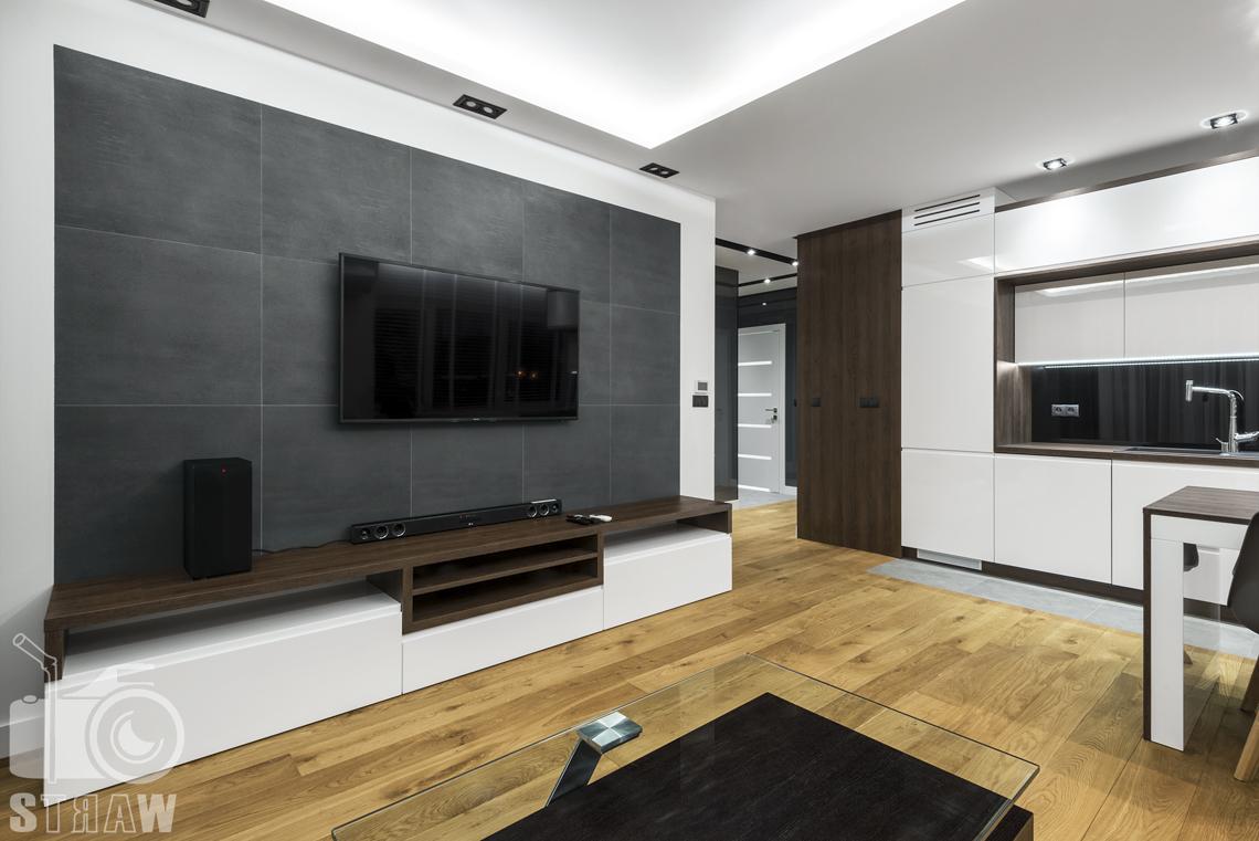 Zdjęcia apartamentów na wynajem krótkoterminowy, fotografia wnętrz Warszawa, salon, telewizor, głośnik, półka RTV.