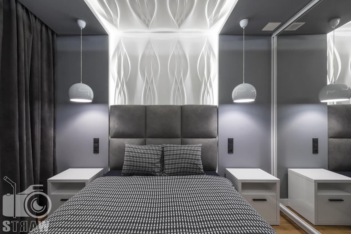 Zdjęcia apartamentów na wynajem krótkoterminowy, fotografia wnętrz Warszawa, sypialnia, łóżko dwuosobowe, dwie szafki nocne, dwie lampy wiszące nocne, szafa z lustrem.