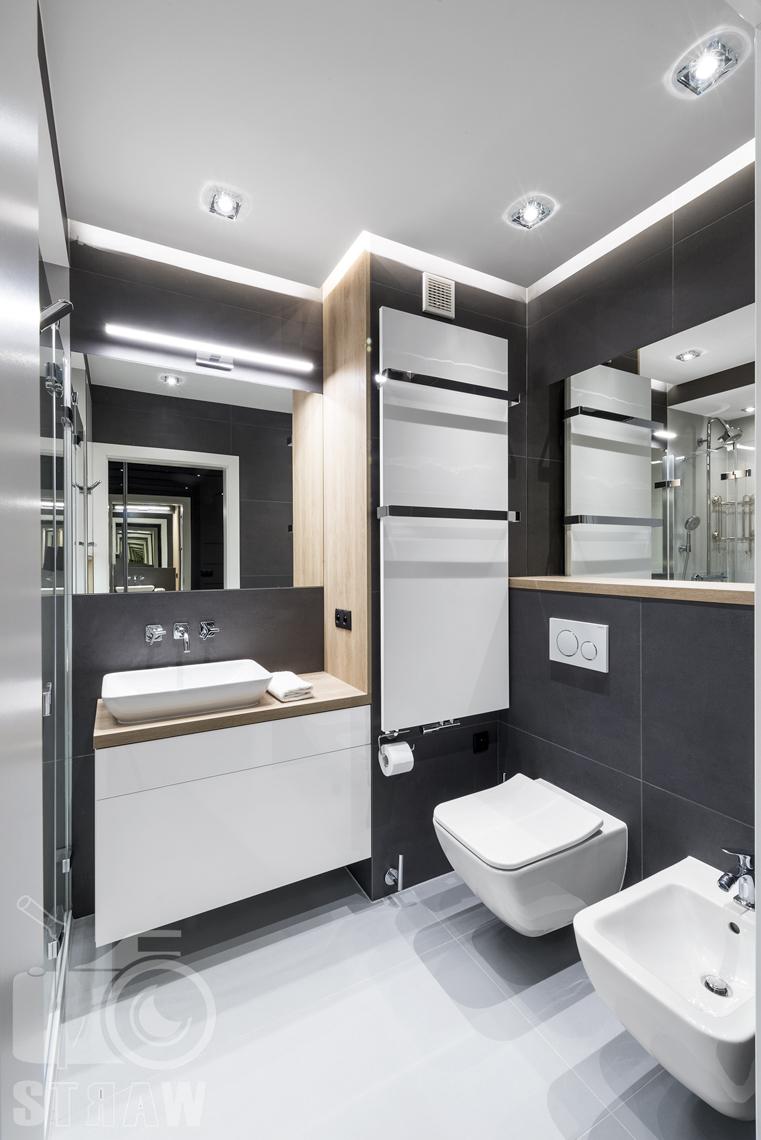 Zdjęcia apartamentów na wynajem krótkoterminowy, fotografia wnętrz Warszawa, toaleta, wc, bidet, umywalka, szafka łazienkowa, lustro.