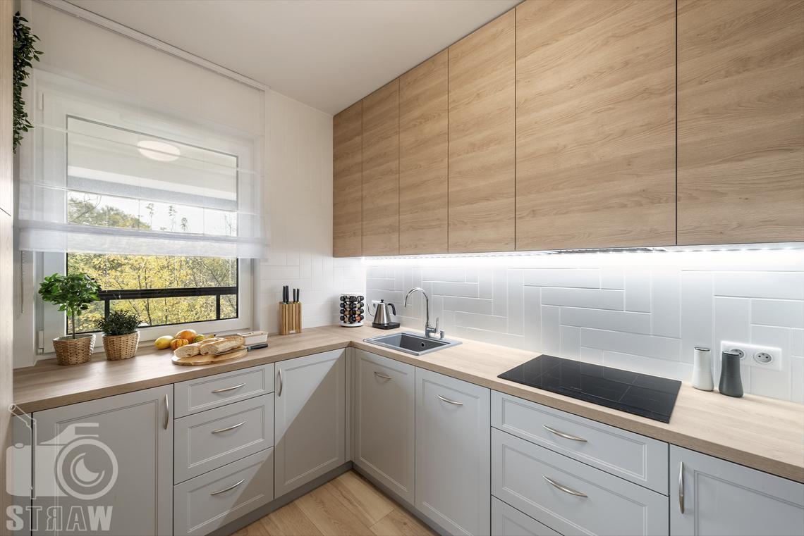 Sesje fotograficzne wnętrz dla projektantów i architektów wnętrz, aneks kuchenny, zabudowa kuchenna, zlew jednokomorowy, płyta grzewcza, okno.