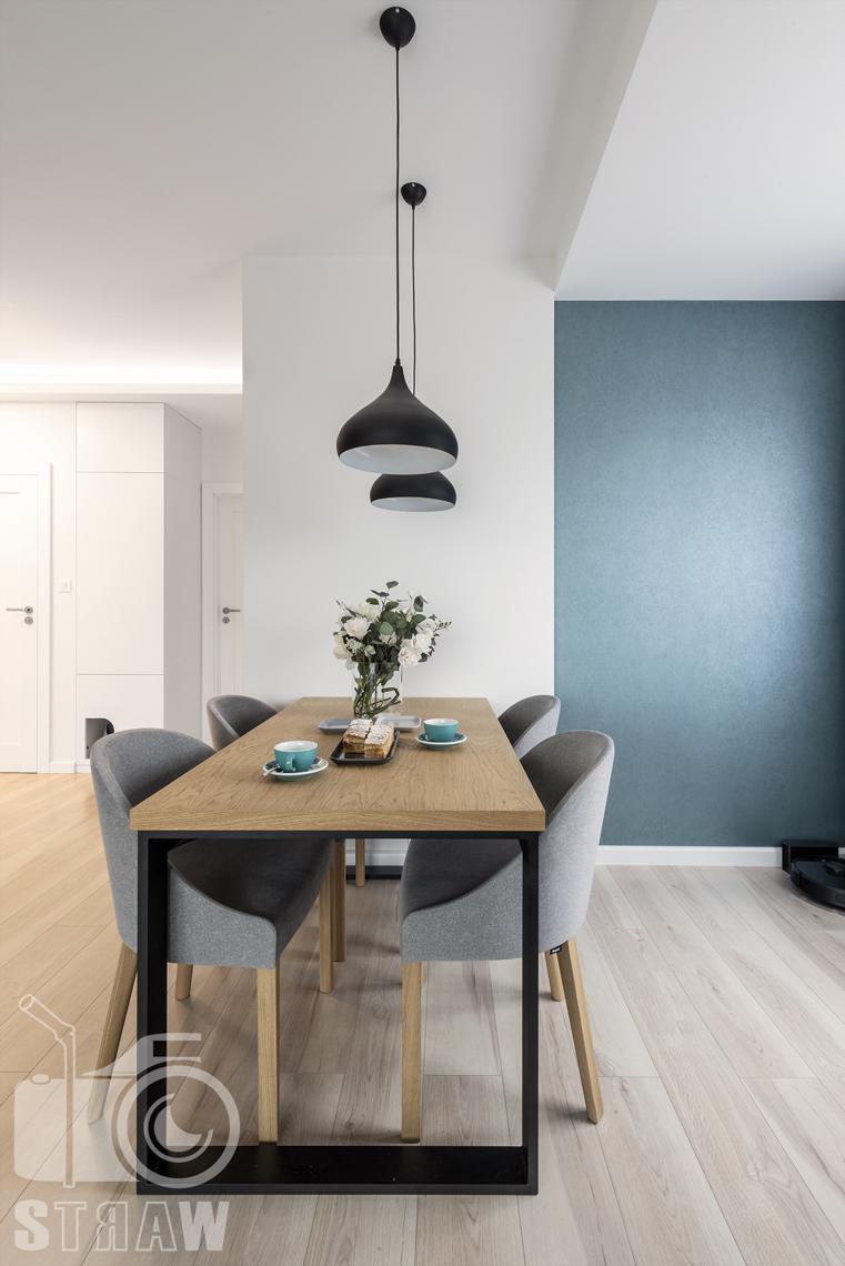 Sesje fotograficzne wnętrz dla projektantów i architektów wnętrz, salon, jadalnia, stół prostokątny, cztery fotele, dwie wiszące lampy.