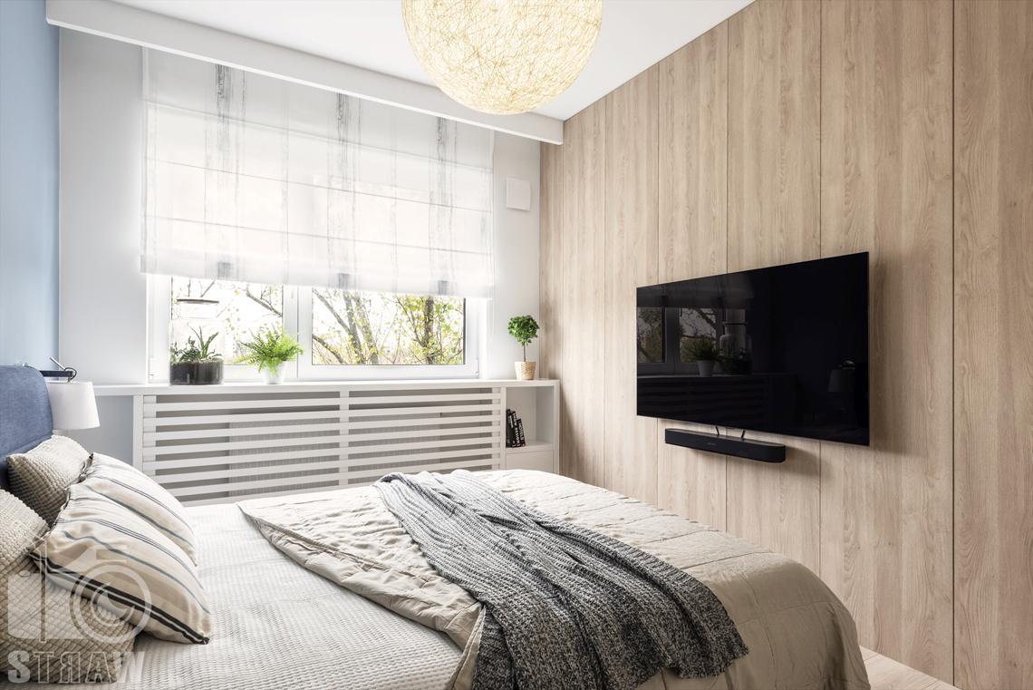Sesje fotograficzne wnętrz dla projektantów i architektów wnętrz, sypialnia, łóżko dwuosobowe, telewizor, okno, lampa wisząca.