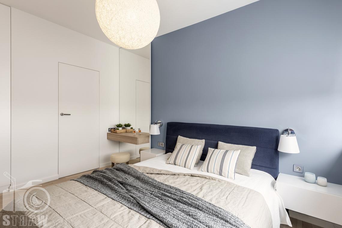 Sesje fotograficzne wnętrz dla projektantów i architektów wnętrz, sypialnia, łóżko dwuosobowe, stolik nocny wiszący, lampki nocne przytwierdzone do ściany.