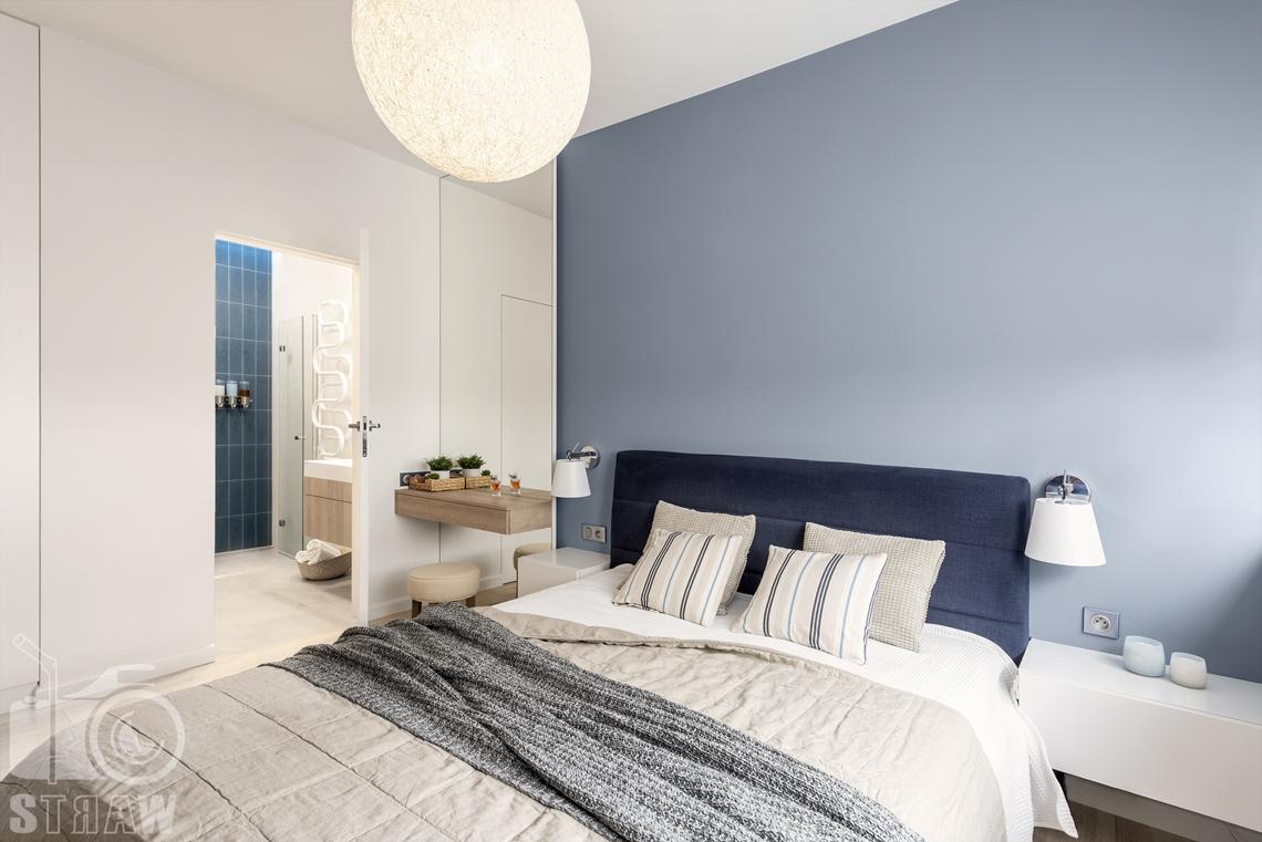 Sesje fotograficzne wnętrz dla projektantów i architektów wnętrz, łóżko dwuosobowe, lampa wisząca, drzwi do łazienki,