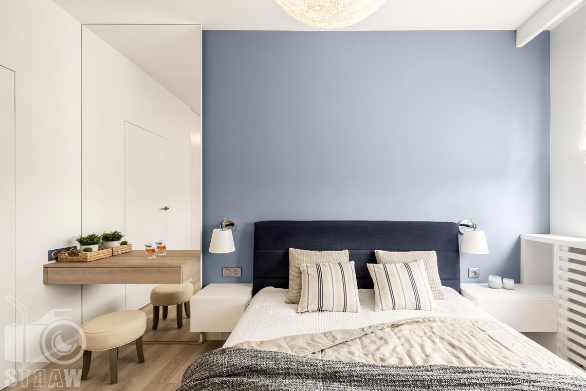Sesje fotograficzne wnętrz dla projektantów i architektów wnętrz, sypialnia, łóżko dwuosobowe, stołeczek, lustro, szafki nocne.