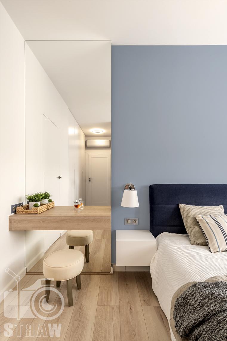Sesje fotograficzne wnętrz dla projektantów i architektów wnętrz, sypialnia, stolik nocny, lampka nocna, stołek puf, toaletka, lustro.