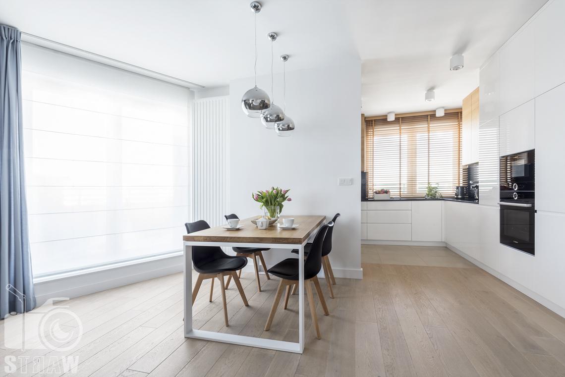 Zdjęcia wnętrz zrealizowanych projektów wystroju wnętrza, sesje fotograficzne dla projektantów, jadalnia, stół, krzesła, lampy wiszące.