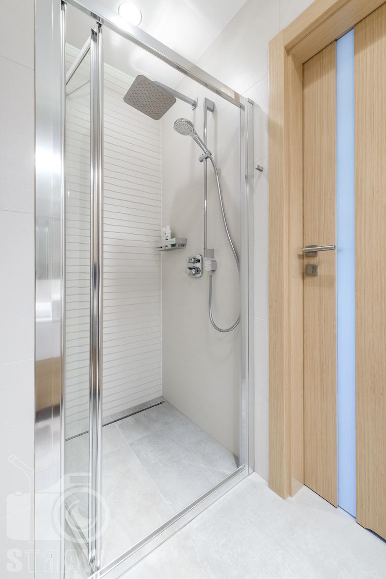Zdjęcia wnętrz zrealizowanych projektów wystroju wnętrza, sesje fotograficzne dla projektantów, łazienka, kabina prysznicowa, deszczownica, drzwi wejściowe.