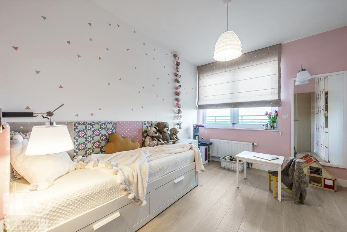 Zdjęcia wnętrz zrealizowanych projektów wystroju wnętrza, sesje fotograficzne dla projektantów, pokój dziecka, łóżko pojedyncze, okno, stolik, zabawki, lampa wisząca, lampka nocna.