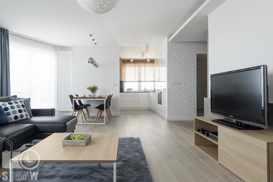Zdjęcia wnętrz zrealizowanych projektów wystroju wnętrza, sesje fotograficzne dla projektantów, salon, telewizor, szafka RTV, stolik niski, kanapa, jadalnia, fotele, kuchnia.