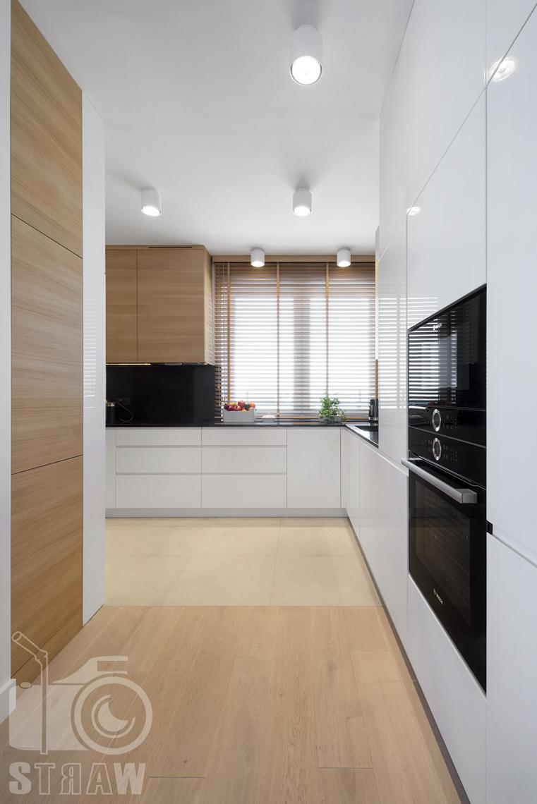 Zdjęcia wnętrz zrealizowanych projektów wystroju wnętrza, sesje fotograficzne dla projektantów, kuchnia, piecyk, szafki kuchenne, okno.