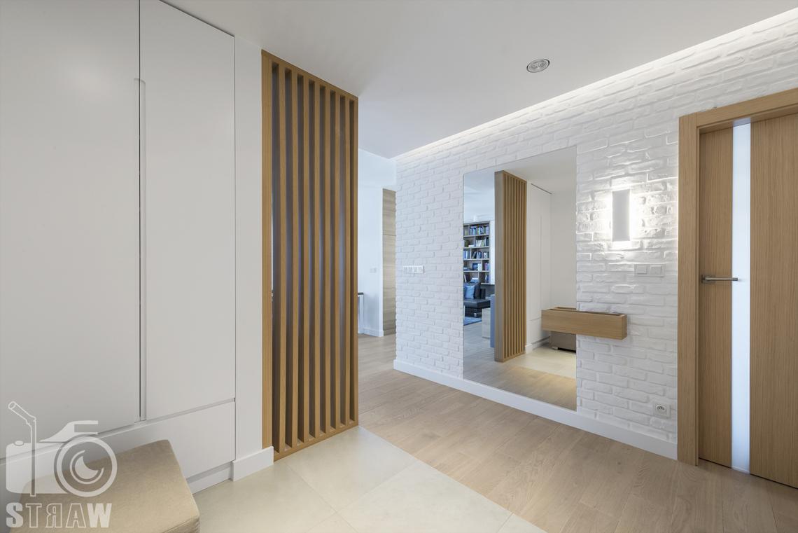 Zdjęcia wnętrz zrealizowanych projektów wystroju wnętrza, sesje fotograficzne dla projektantów, przedpokój, drzwi wejściowe, lustro, przepierzenie drewniane.