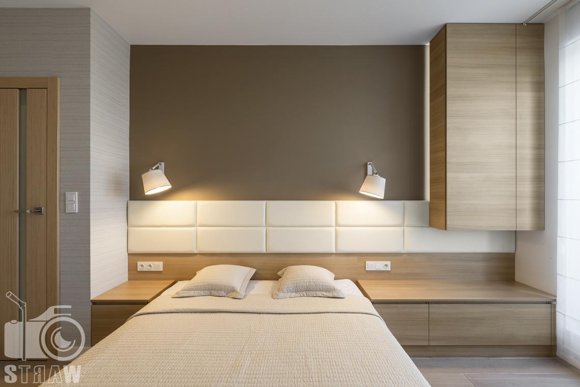 Zdjęcia wnętrz zrealizowanych projektów wystroju wnętrza, sesje fotograficzne dla projektantów, sypialnia, łóżko dwuosobowe, szafki nocne, szuflada, szafka wisząca.