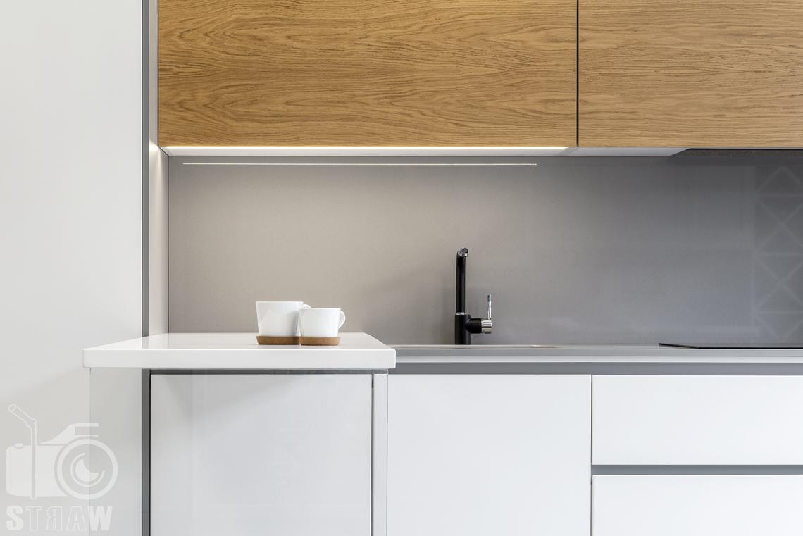 Fotografia wnętrz, zdjęcia showroom kittchen, zabudowa kuchenna biało brązowa, z wiszącymi szafkami.