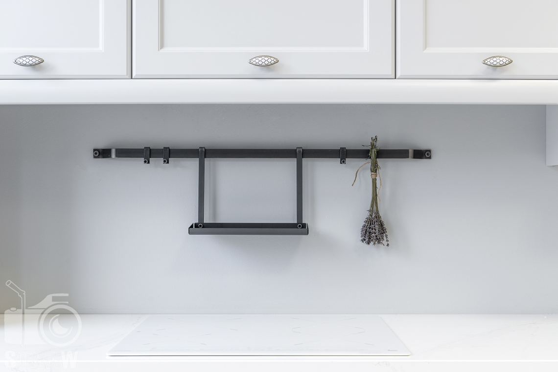 Fotografia wnętrz, zdjęcia showroom kittchen, zabudowa kuchenna biała, wieszaczek na drobne elementy.