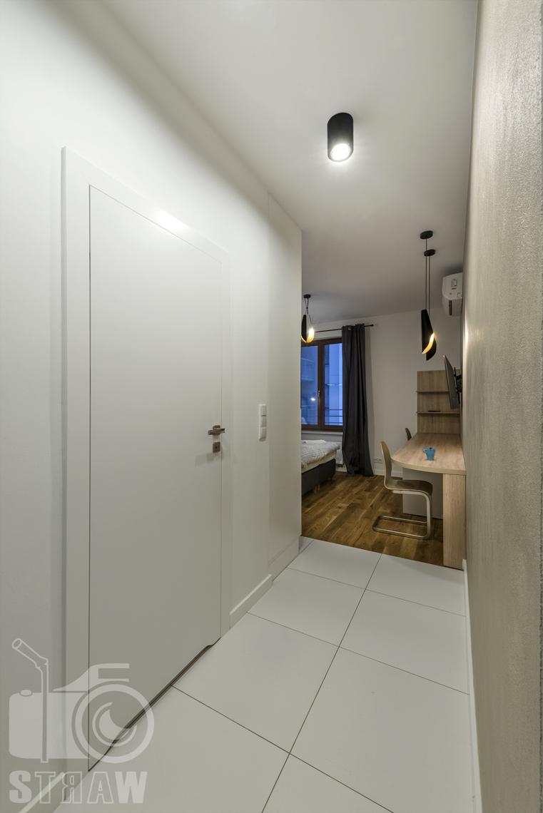 Fotografia wnętrz apartamentów na wynajem, krótko lub długoterminowy, zdjęcia wnętrz warszawa, przedpokój, drzwi wejściowe, widok na salon.