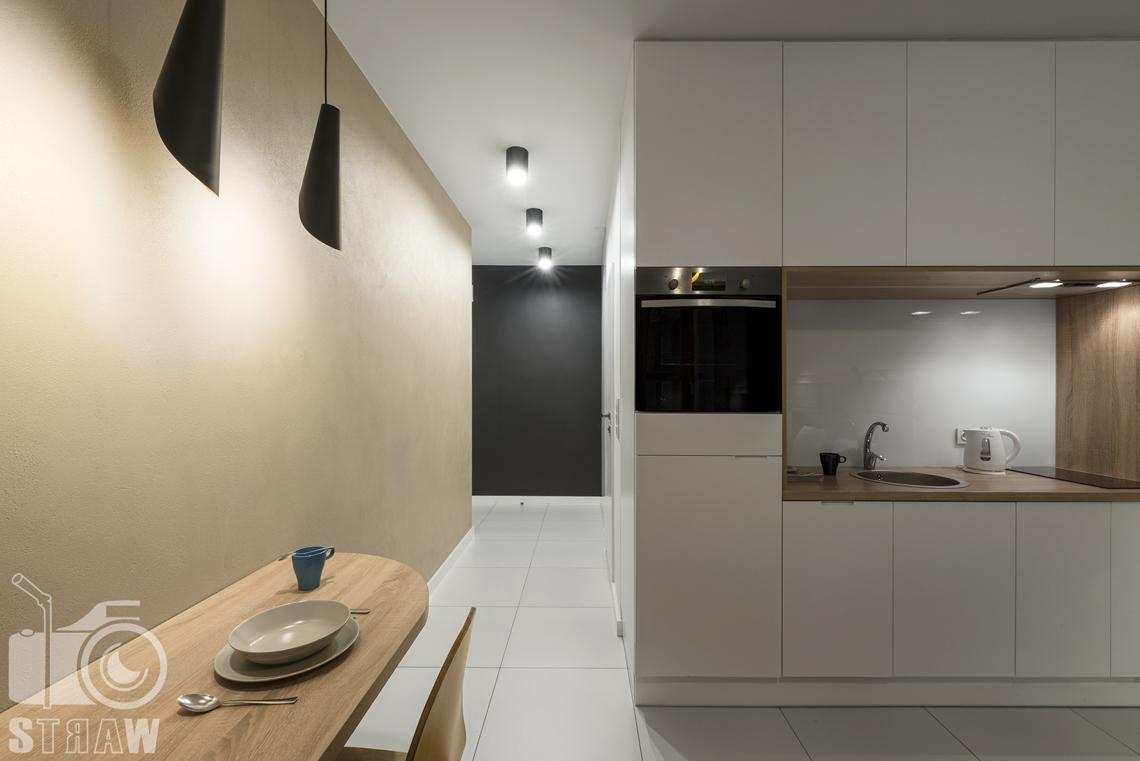 Fotografia wnętrz apartamentów na wynajem, krótko lub długoterminowy, zdjęcia wnętrz warszawa, hol, aneks kuchenny, jadalnia, stół, krzesło.