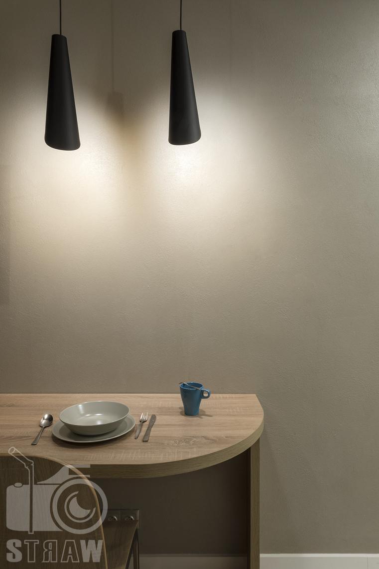 Fotografia wnętrz apartamentów na wynajem, krótko lub długoterminowy, zdjęcia wnętrz warszawa, jadalnia, lampy wiszące, nakrycie stołowe, kubek.