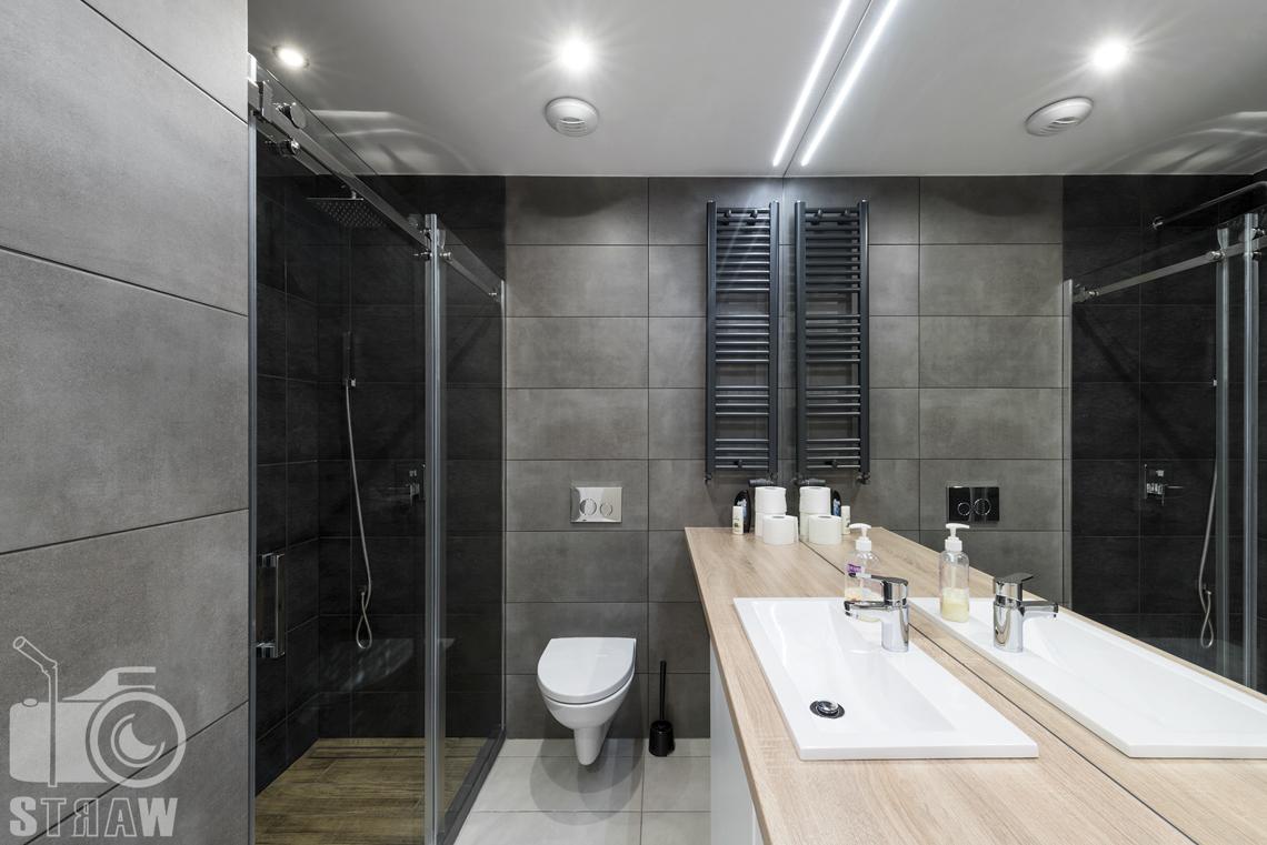 Fotografia wnętrz apartamentów na wynajem, krótko lub długoterminowy, zdjęcia wnętrz warszawa, łazienka, wc, kabina prysznicowa, szafka łazienkowa, umywalka, lustro.