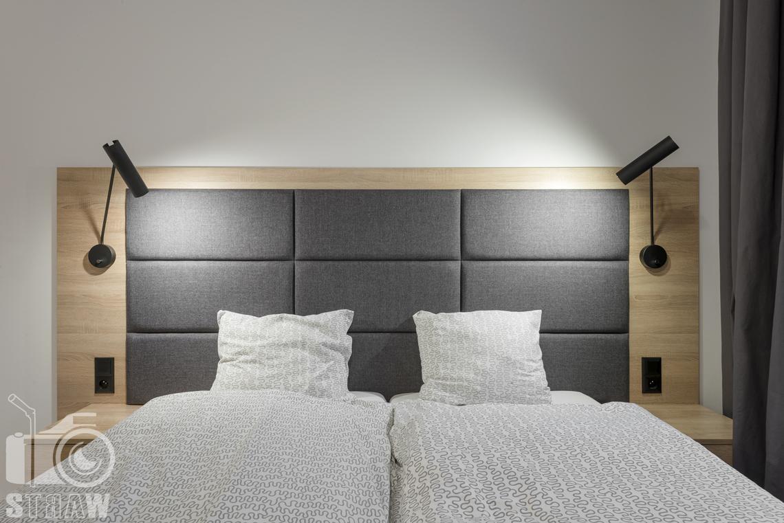 Fotografia wnętrz apartamentów na wynajem, krótko lub długoterminowy, zdjęcia wnętrz warszawa, sypialnia, łóżko dwuosobowe, lampki nocne na zagłówku.
