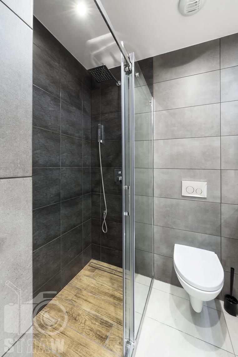 Fotografia wnętrz apartamentów na wynajem, krótko lub długoterminowy, zdjęcia wnętrz warszawa, łazienka, wc, kabina prysznicowa z deszczownicą.