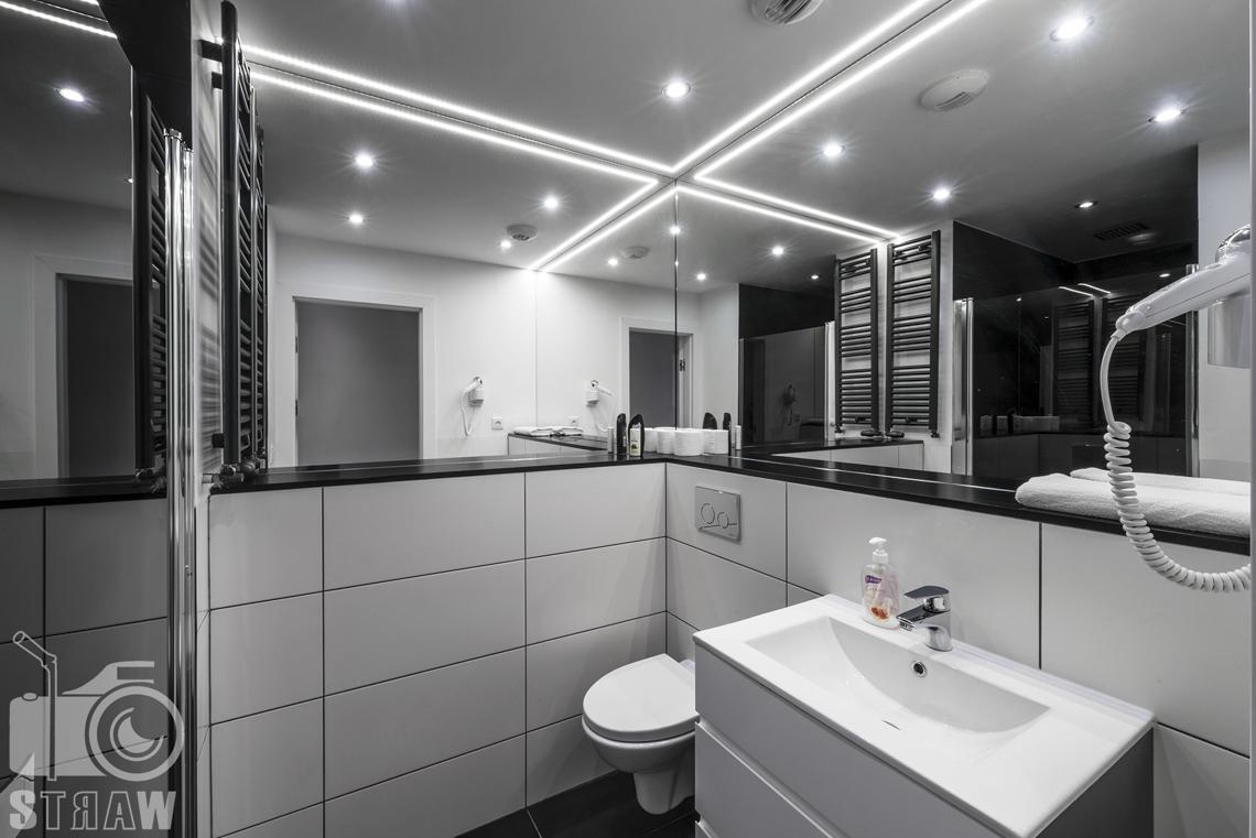 Fotografia apartamentów na wynajem, zdjęcia wnętrz Warszawa, łazienka, suszarka, zlew z szafką łazienkową, lustra, wc.