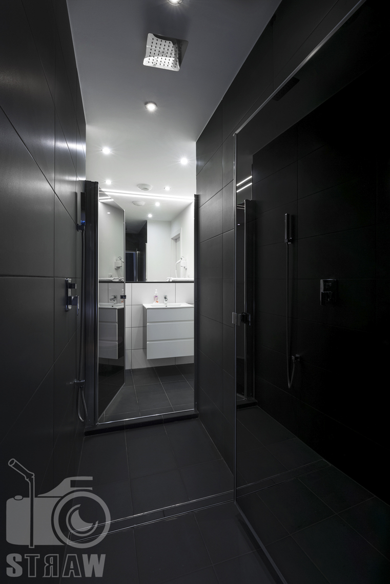 Fotografia apartamentów na wynajem, zdjęcia wnętrz Warszawa, łazienka, kabina prysznicowa, dalej umywalka.
