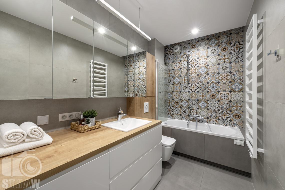 Sesje fotograficzne wnętrz dla projektantów i architektów wnętrz, łazienka, wanna, oryginalne płytki glazury, WC, duża szafka łazienkowa z szufladami, umywalka.
