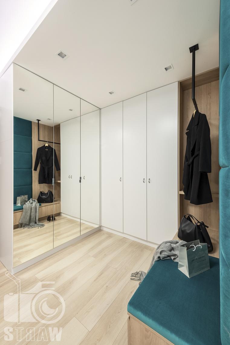 Sesje fotograficzne wnętrz dla projektantów i architektów wnętrz, przedpokój, wieszak na ubrania, szafa trzydrzwiowa, szafa z drzwiami lustrzanymi.