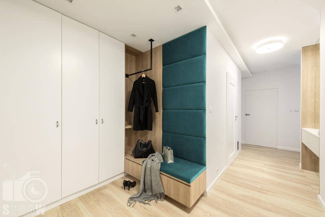 Sesje fotograficzne wnętrz dla projektantów i architektów wnętrz, przedpokój, wieszak z siedziskiem, hol.