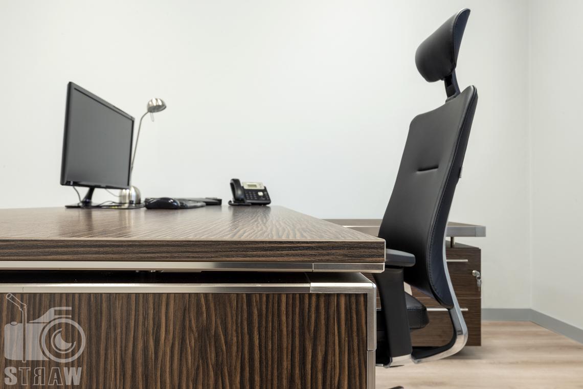 Sesje fotograficzne wnętrz biurowych, zdjęcia wnętrz komercyjnych, zdjęcia wnętrz w siedzibie firmy Wikpol, na zlecenie dystrybutora mebli firmy Logan, gabinet, biurko, krzesło, blat, monitor, telefon.