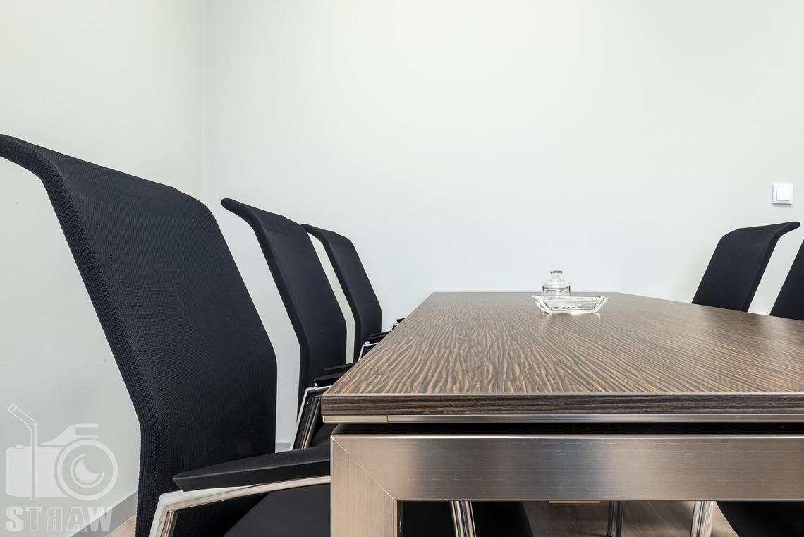 Sesje fotograficzne wnętrz biurowych, zdjęcia wnętrz komercyjnych, zdjęcia wnętrz w siedzibie firmy Wikpol, na zlecenie dystrybutora mebli firmy Logan, gabinet, stół do narad, krzesła, detale.