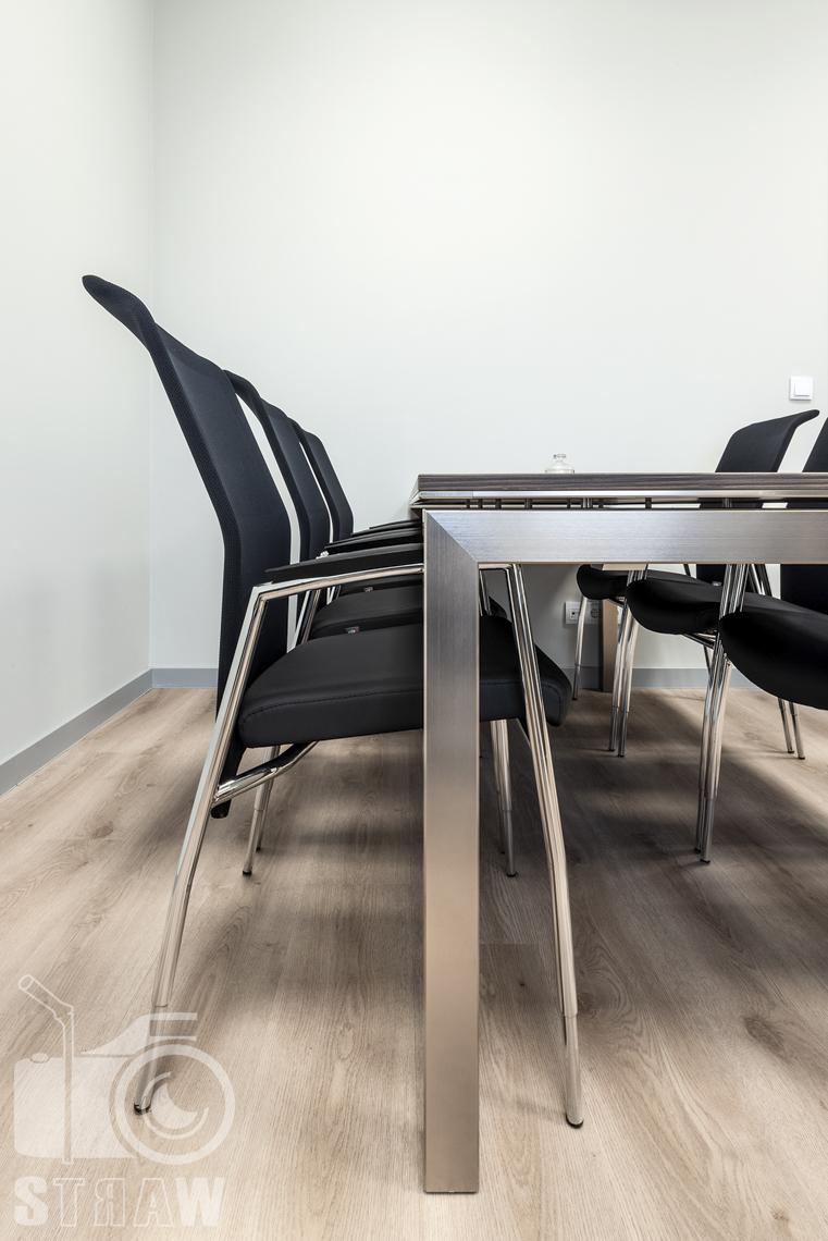 Sesje fotograficzne wnętrz biurowych, zdjęcia wnętrz komercyjnych, zdjęcia wnętrz w siedzibie firmy Wikpol, na zlecenie dystrybutora mebli firmy Logan, gabinet, stół do narad, stalowa konstrukcja, blat drewniany, krzesła.