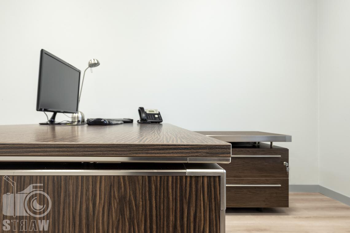 Sesje fotograficzne wnętrz biurowych, zdjęcia wnętrz komercyjnych, zdjęcia wnętrz w siedzibie firmy Wikpol, na zlecenie dystrybutora mebli firmy Logan, gabinet, meble włoskie, biurko, monitor, telefon.